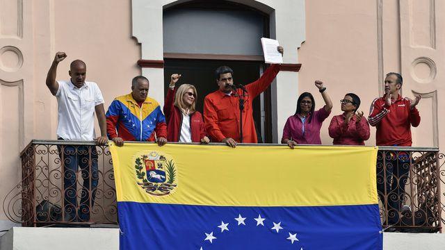Tổng thống Venezuela Nicolas Maduro phát biểu trước những người ủng hộ từ ban công của dinh tổng thống ở Caracas. ngày 23/1. (Ảnh: AFP)